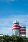 Réservoirs de stockage blancs avec les pistes rouges Photo stock