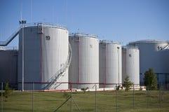 Réservoirs de stockage d'huile Photo stock