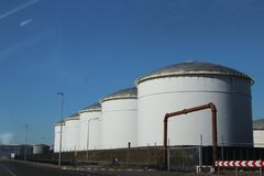 Réservoirs de stockage d'huile dans le port de Rotterdam Image libre de droits
