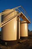 Réservoirs de stockage d'huile de Tan Image stock