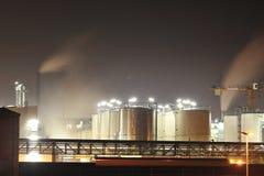 Réservoirs de stockage d'une usine chimique images stock