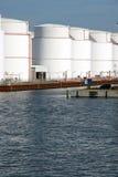Réservoirs de stockage dans le port Image libre de droits