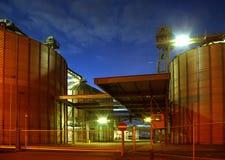 réservoirs de stockage de Bio-essence à l'aube Photos stock