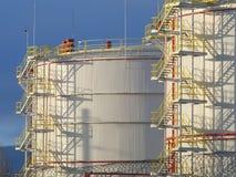 Réservoirs de stockage de pétrole énormes dans l'usine Photographie stock