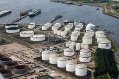 Réservoirs de stockage de pétrole Photos stock