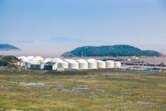 Réservoirs de stockage de pétrole au port Photo libre de droits