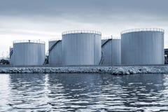 Réservoirs de stockage de pétrole brillants sur la côte dans le port de Varna Photos libres de droits