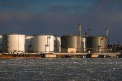 Réservoirs de stockage de pétrole dans le port Photo stock