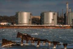 Réservoirs de stockage de pétrole dans le port de message publicitaire de mer Photo stock