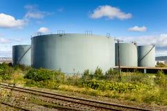 Réservoirs de stockage de pétrole et ciel bleu Photographie stock libre de droits