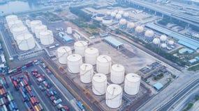 Réservoirs de stockage de pétrole et récipients au port Image stock
