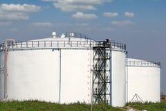Réservoirs de stockage de pétrole et travailleurs Image libre de droits