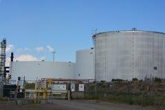 Réservoirs de stockage de pétrole géants Photographie stock libre de droits