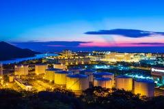 Réservoirs de stockage de pétrole la nuit Photo libre de droits