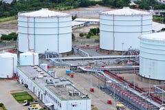 Réservoirs de stockage de produit pétrolier Photos libres de droits
