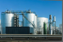 Réservoirs de stockage industriels et ciel bleu Photo libre de droits