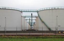 Réservoirs de stockage de pétrole à une raffinerie dans le port de Rotterdam, Pays-Bas Photographie stock