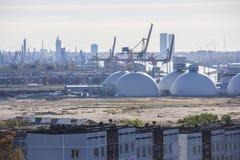 Réservoirs de stockage de pétrole et terminal de récipients en Lettonie Image libre de droits