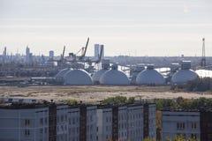 Réservoirs de stockage de pétrole et terminal de récipients en Lettonie Photos libres de droits