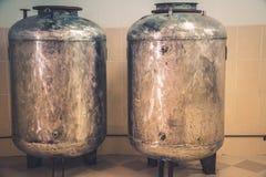 Réservoirs de vintage pour la production de la bière Photographie stock
