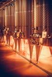 Réservoirs en acier de vin dans la cave images libres de droits