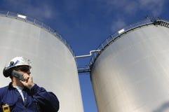 Réservoirs et ingénieur de raffinerie Images stock
