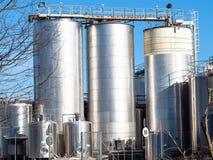 réservoirs extérieurs d'usine de laiterie en Di Pavie de Certosa images stock