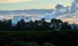 Réservoirs industriels de stockage du combustible dans la lumière de matin images stock