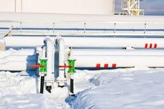 Réservoirs industriels grand en métal blanc de fer pour le stockage du carburant, essence et diesel et canalisation avec des valv image libre de droits