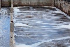 Réservoirs industriels pour l'aération de l'oxygène à l'usine de traitement des eaux résiduaires Photographie stock