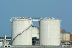 Réservoirs industriels sur le bord du quai Photos libres de droits