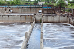 Réservoirs pour l'aération de l'oxygène à l'usine de traitement des eaux résiduaires Photos libres de droits