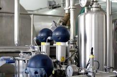 Réservoirs sous pression dans l'usine photographie stock