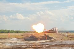 Réservoirs T-90 russes sur la représentation militaire images stock