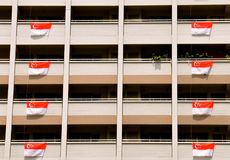 Résidence à Singapour avec des drapeaux pour des célébrations de jour national images libres de droits