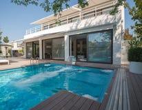 Résidence avec la piscine photo libre de droits