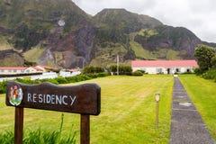 Résidence britannique de gouverneur, poteau indicateur, manteau des bras Edimbourg de la ville de sept mers, île de Tristan da Cu photo stock