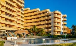 Résidence luxueuse avec la piscine à Vilamoura, Quarteira, Algarve, Portugal photographie stock libre de droits