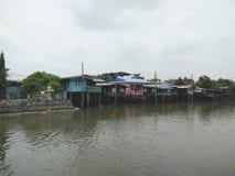 Résidence thaïlandaise locale sur le bord de mer de la rivière photo stock