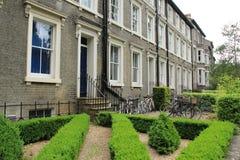 Résidence universitaire dans une des rues dans la ville Cambridge en Angleterre images libres de droits