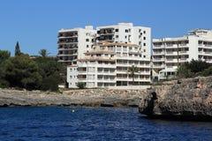 Résidences, bateau de croisière d'es Forti, d'Or de Cala, mamie de Cala, Cala Esmeralda, Cala Ferrera vers Porto Colom, Majorca Photos libres de droits