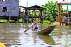 Résident de lac Inle barbotant sur le lac, Myanmar Photos stock