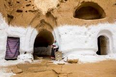 Résidents des maisons-trogladity souterraines dans la robe nationale photos libres de droits