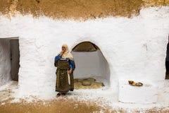 Résidents des maisons-trogladity souterraines dans la robe nationale Photos stock