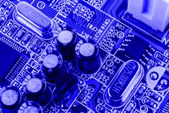 Résistances, condensateurs et d'autres composants électroniques de puce micro à l'intérieur de la fin d'ordinateur  photos libres de droits