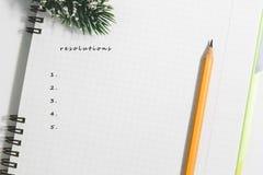 Résolutions, bloc-notes en spirale vide ouvert avec le crayon jaune Photographie stock libre de droits