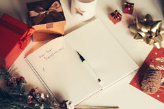 Résolutions de nouvelle année écrites sur le carnet avec des décorations de nouvelles années Image stock