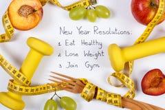 Résolutions de nouvelle année, fruits, haltères et centimètre, nourriture saine et mode de vie Images libres de droits