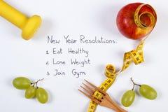 Résolutions de nouvelle année, fruits, haltères et centimètre, nourriture saine et mode de vie Photo stock