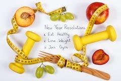 Résolutions de nouvelle année, fruits mûrs frais, haltères et centimètre, nourriture saine et concept de mode de vie Image stock